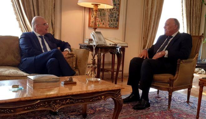 Ο υπουργός Εξωτερικών Νίκος Δένδιας συνομιλεί με τον Αιγύπτιο ομόλογό του Sameh Shoukry