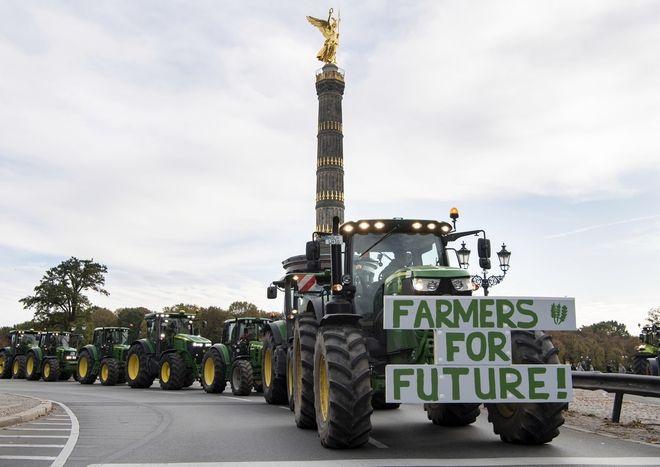 Γερμανία Χιλιάδες αγρότες διαδηλώνουν στους δρόμους με τα τρακτέρ τους