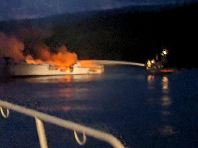 Το φλεγόμενο σκάφος ανοιχτά των ακτών της Καλιφόρνια