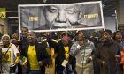 """""""Οι Θεοί καλωσορίζουν τον Μαντέλα"""" και 100.000 άνθρωποι από όλον τον κόσμο αποτίουν φόρο τιμής"""
