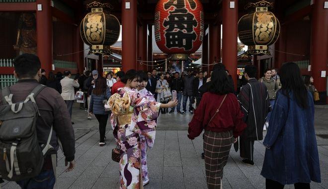 Δύο γυναίκες έξω από πολυκατάστημα στην Ιαπωνία