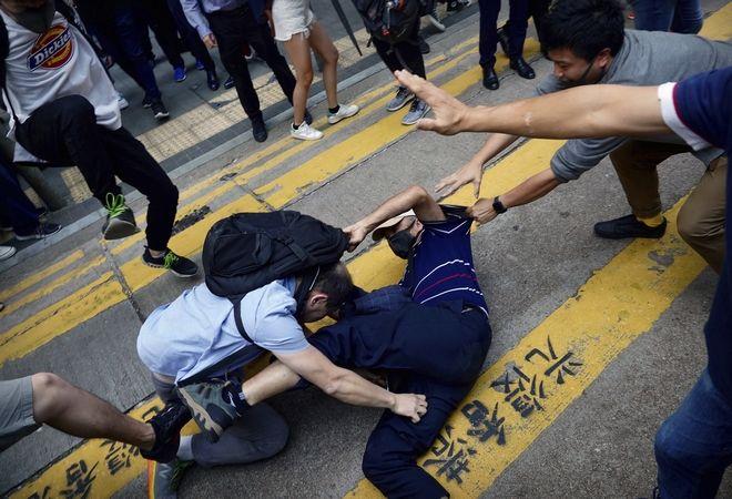 Χονγκ Κονγκ σε παράλυση Βέλη και τόξα εναντίον αστυνομικών