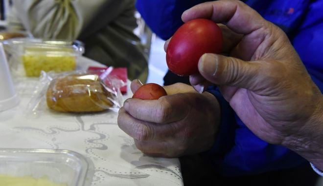 Τσούγκρισμα πασχαλινών αυγών