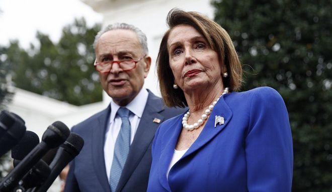 Η Νάνσι Πελόζι και  ο Γερουσιαστής Τσακ Σούμερ