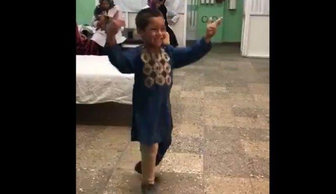 Βίντεο: Ο απίστευτος χορός ενός 5χρονου με το νέο προσθετικό του μέλος