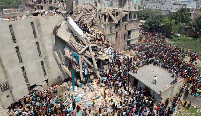 Μπανγκλαντές: Σχεδόν 300 οι νεκροί και 600 αγνοούμενοι από την κατάρρευση του κτιρίου