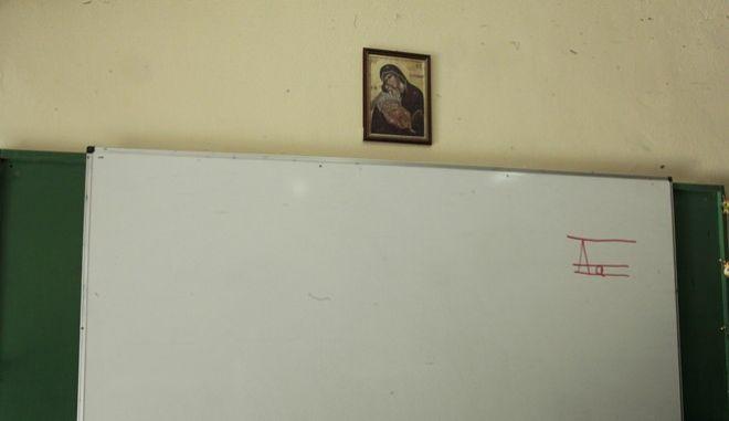 Εικόνα της Παναγίας σε τάξη σχολείου πάνω από τον πίνακα