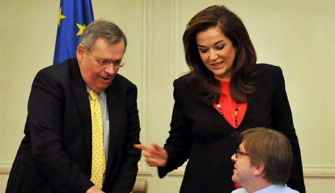 Η Ντόρα Μπακογιάννη, ο Γκι Φέρχοφσταντ και ο Θόδωρος Σκυλακάκης, παραχώρησαν συνέντευξη τύπου την Τρίτη 7 Φεβρουαρίου 2012, στο πλαίσιο της συνεδρίασης του Πολιτικού Γραφείου των Φιλελευθέρων και Δημοκρατών του Ευρωπαϊκού Κοινοβουλίου (ALDE). (EUROKINISSI // ΑΝΤΩΝΗΣ ΔΟΥΚΑΣ)
