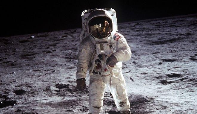 Άνθρωπος στο φεγγάρι