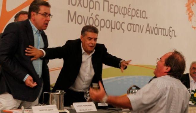 Βρισιές & παραλίγο ξύλο στο συνέδριο της ΕΝΠΕ για την αποχώρηση Μιχελάκη