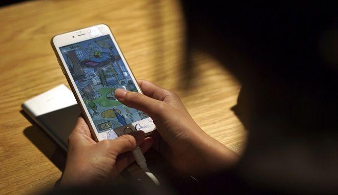 Γυναίκα παίζει παιχνίδι σε smartphone