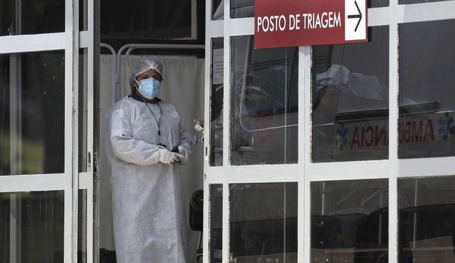 Γιατρός έξω από νοσοκομείο της Βραζιλίας