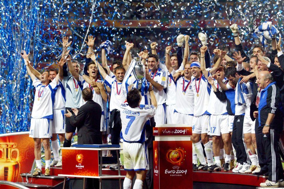 Ο Θοδωρής Ζαγοράκης με το τρόπαιο του Euro 2000 και οι υπόλοιποι παίκτες της Εθνικής Ελλάδας που πανηγυρίζουν (4/7/2004).