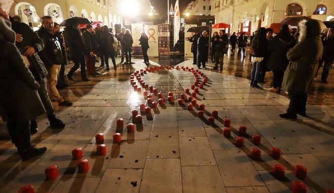 Με κόκκινα κεριά στην πλατεία Αριστοτέλους για την Παγκόσμια Ημέρα κατά του AIDS