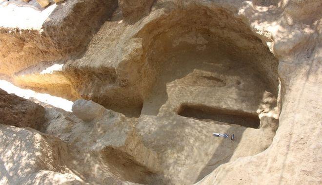 Δύο νέοι, ασύλητοι, θαλαμοειδείς τάφοι, οι οποίοι χρονολογούνται στην ύστερη μυκηναϊκή, την περίοδο δηλαδή των μυκηναϊκών ανακτόρων (περίπου 1.400 - 1.200 π.Χ.) αποκαλύφθηκαν κατά το συστηματικό ερευνητικό πρόγραμμα της Εφορείας Αρχαιοτήτων Κορινθίας στο μυκηναϊκό νεκροταφείο Αηδονιών Νεμέας.