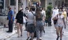 Πολίτες στο κέντρο της Αθήνας, εν μέσω πανδημίας.