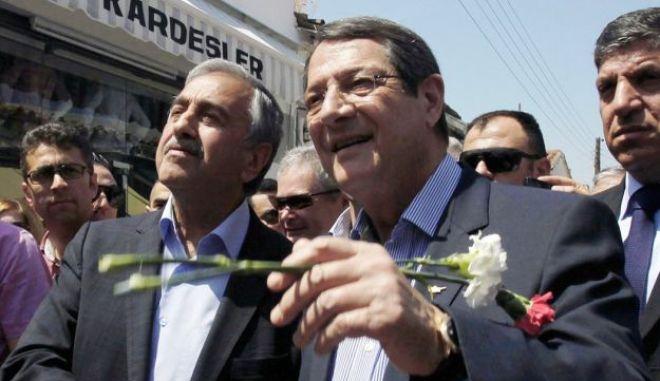 Κοινό μήνυμα Αναστασιάδη - Ακιντζί, με ευχές στον κυπριακό λαό. Χαιρετίζει η Κομισιόν 'το καλύτερο σύμβολο ελπίδας'
