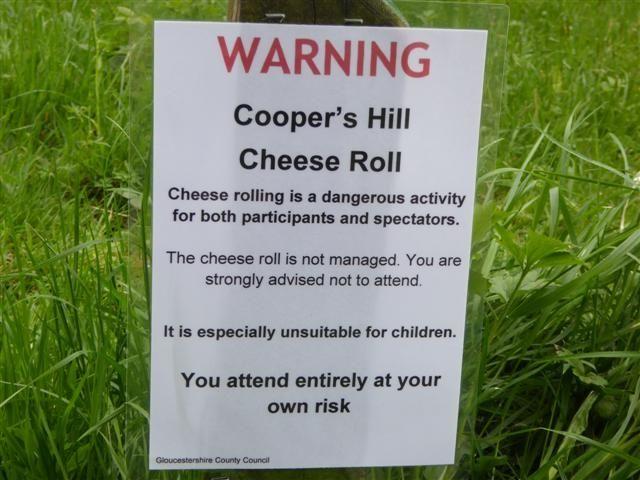 Στη Βρετανία πέφτουν από μια πλαγιά κυνηγώντας ένα κεφάλι τυρί. Και το αποτέλεσμα είναι σουρεαλιστικό