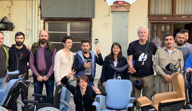 Κούρδοι πρόσφυγες προσφέρουν ιατρικό εξοπλισμό στο Κέντρο Υγείας Λαυρίου
