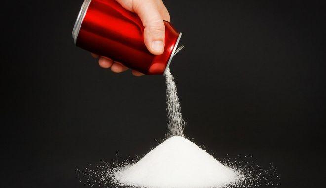 Το Παρίσι ανοίγει πόλεμο με τα αναψυκτικά με ζάχαρη
