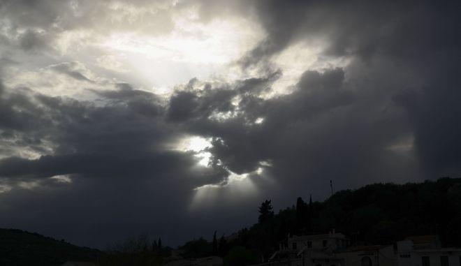 Ανοιξιάτικος συννεφιασμένος ουρανός στην Αθήνα