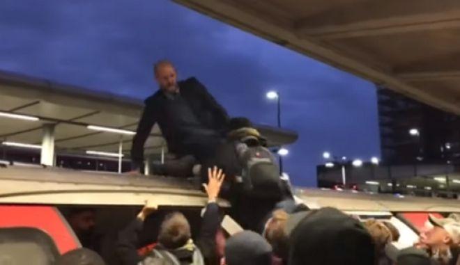 Βρετανία: Άγριο λιντσάρισμα διαδηλωτή που διέκοψε τη λειτουργία σιδηροδρομικών υπηρεσιών