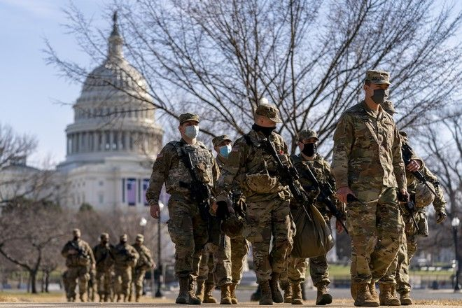 Στρατιώτες έξω από το Καπιτώλιο