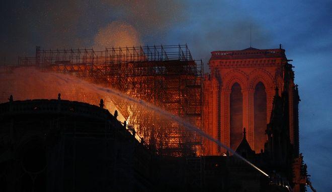 Η Παναγία των Παρισίων στις φλόγες