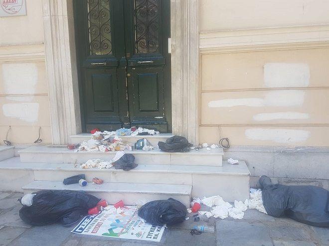 Σκουπίδια στα γραφεία της ΑΔΕΔΥ