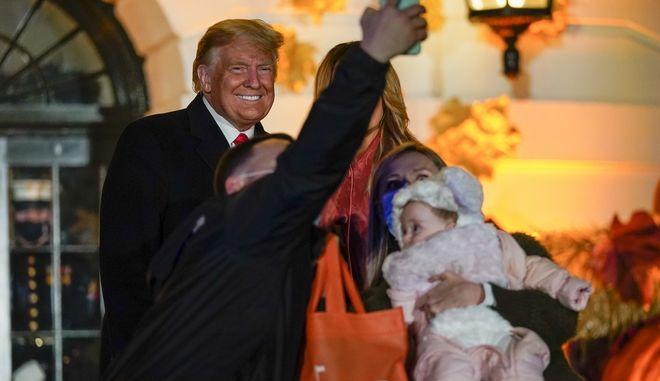 Ο Ντόναλντ και η Μελάνια Τραμπ βγάζουν σέλφι με ένα ζευγάρι και το μωρό τους