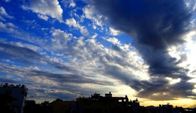 Σύννεφα στον ανοιξιάτικο αττικό ουρανό