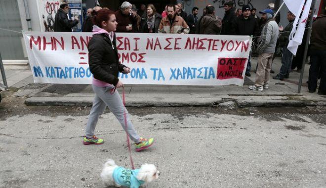 Συγκέντρωση στην Εφορία Τρικάλων από αγρότες την Παρασκευή 24 Ιανουαρίου 2014, για να εκφράσουν την έντονη αντίθεση τους στην υπέρμετρη φορολόγηση και τα χαράτσια. Οι διαμαρτυρομένοι αγρότες συγκεντρώθηκαν μπροστά στην είσοδο της Δ.Ο.Υ όπου παρέμειναν για μια ώρα περίπου φωνάζοντας συνθήματα, ενώ αμέσως μετά έκαναν πορεία σε κεντρικούς δρόμους της πόλης των Τρικάλων.  (EUROKINISSI/ΘΑΝΑΣΗΣ ΚΑΛΛΙΑΡΑΣ)