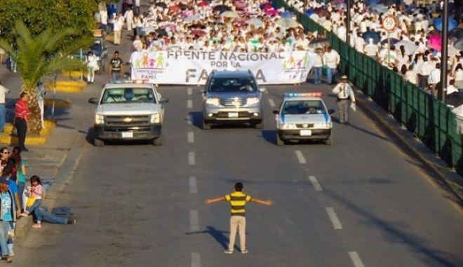 Το 12χρονο αγόρι που 'τα έβαλε' με 11.000 διαδηλωτές