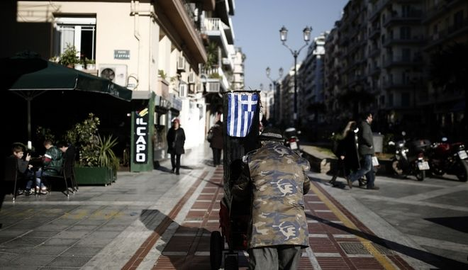 A street musician drags barrel organ in Navarino Square in Thessaloniki, Greece on December 19, 2013. /            ,   19  2013.