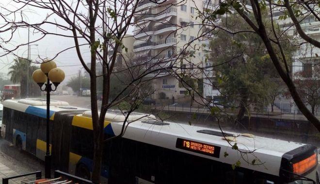 Πλημμύρες από την κακοκαίρια στην λεωφόρο Δημοκρατίας στο Κερατσίνι την Παρασκευή 17 Νοεμβρίου 2017. (EUROKINISSI)