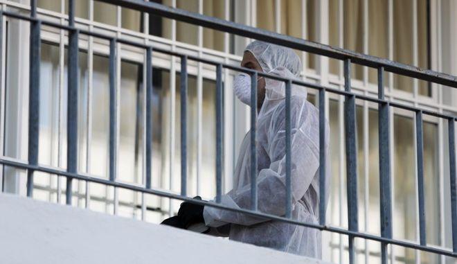 Συνεργείο απολυμαίνει χώρος στο κλειστό κτήριο που στεγάζονται το 1ο Γυμνάσιο - Λύκειο Γλυφάδας