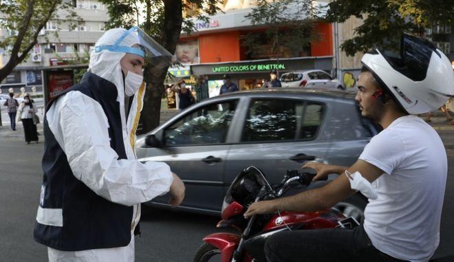 Αστυνομικός με μάσκα στην Τουρκία, ενημερώνει πολίτη που δεν φορά τη μάσκα του