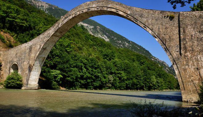 Κατέρρευσε το ιστορικό γεφύρι της Πλάκας στην Άρτα