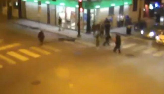 Βίντεο: Τον χτύπησαν, τον άφησαν αβοήθητο και τον χτύπησε ταξί