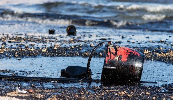 Έφτασε και στη Σαρωνίδα η πετρελαιοκηλίδα. Τι λέει το ΕΛΚΕΘΕ