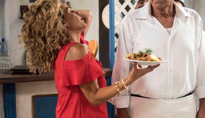 """Η Τζένη Μπότση σε σκηνή από τη νέα σειρά του ΑΝΤ1, """"Πέτα τη φριτέζα"""""""