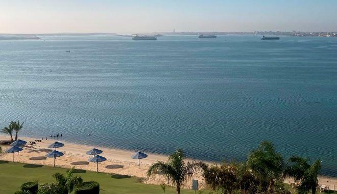 Αγκυροβολημένα πλοία αγκυροβολούν στη λίμνη Timsah, στα μισά του καναλιού Σουέζ της Αιγύπτου.