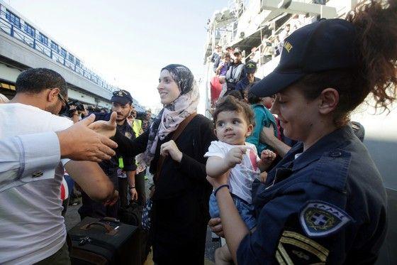 Στον Πειραιά έφτασε  η φρεγάτα ΣΑΛΑΜΙΣ, η οποία μεταφέρει Έλληνες και ξένους πολίτες που απομακρύνθηκαν από το χάος που επικρατεί στην Τρίπολη της Λιβύης.(EUROKINISSI-ΓΕΩΡΓΙΑ ΠΑΝΑΓΟΠΟΥΛΟΥ)