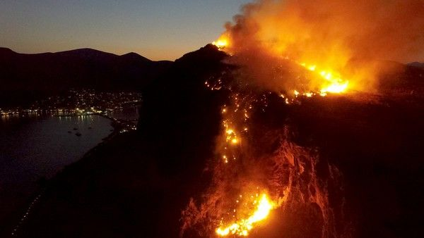 Πυρκαγιά ξέσπασε αργά το απόγευμα στον βράχο που βρίσκεται το κάστρο της Μονεμβασιάς.Πρός το παρόν δεν απειλεί τον οικισμό μέσα στο κάστρο.Γίνονται προσπάθειες κατάσβεσης μόνο πεζή,καθώς λόγω της ώρας δεν πετούν εναέρια πυροσβεστικά μέσα.Σύμφωνα με πληροφορίες η πυρκαγι΄ξέσπασε από βεγγαλικό,που εκτοξεύτηκε κατά λάθος,κατά την διάρκεια των εκδηλώσεων για την απελευθέρωση της Μονεμβασιάς και το κάψιμο της Τουρκικής γαλέρας,Κυριακή 23 Ιουλίου 2017 (EUROKINISSI/ΣΥΝΕΡΓΑΤΗΣ)