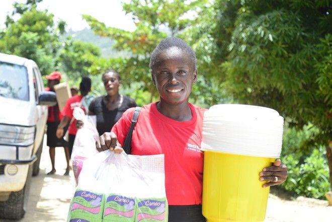 Η Ysnelle κρατώντας τα πακέτα ποy μοίρασαν στους σεισμόπληκτους οι ομάδες ανταπόκρισης της ActionAid.