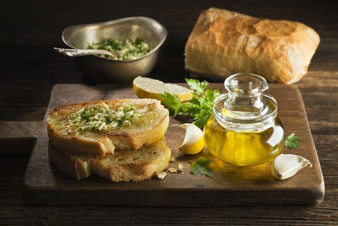 Φρυγανισμένο ψωμί με ελαιόλαδο και σκόρδο