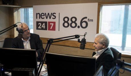 Ο Μίμης Ανδρουλάκης με τον Βασίλη Σκουρή στο στούντιο του News 24/7