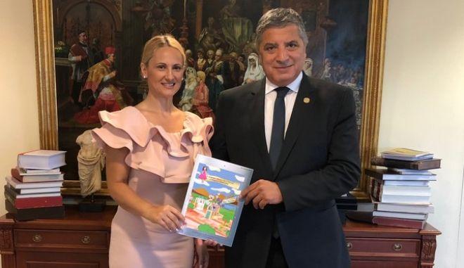 Ο δήμαρχος Αμαρουσίου Γιώργος Πατούλης παραλαμβάνει το παραμύθι με τον ίδιο ως ήρωα από τη συγγραφέα του