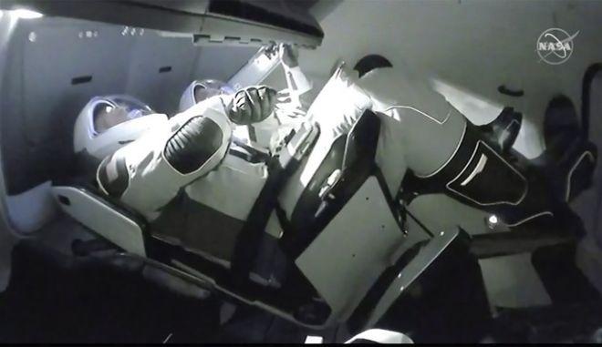Εικόνα από το εσωτερικό του διαστημόπλοιου της SpaceX με τους αστροναύτες της NASA