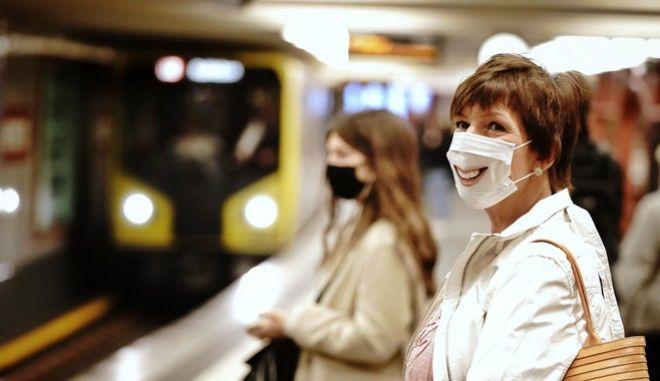 Πολίτες περιμένουν το μετρό στο Βερολίνο (Kay Nietfeld/dpa via AP)
